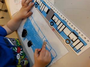Barnen ritar